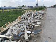 Dải phân cách trên quốc lộ 5 thành nơi chứa rác