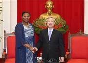 Đồng chí Trần Quốc Vượng tiếp Giám đốc Văn phòng Thông tin Mozambique