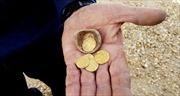 Phát hiện những đồng tiền vàng 1.200 năm tuổi trong bình đất sét đã vỡ