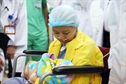 Nghẹn ngào phút hội ngộ của người mẹ quyết đánh đổi mạng sống để sinh con