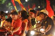 Tuyển Việt Nam chiến thắng, người dân Thủ đô 'đổ bộ' xuống phố ăn mừng