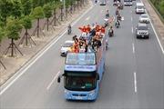 Cúp Ngoại hạng Anh và Cúp Liên đoàn Anh diễu hành qua nhiều tuyến phố Hà Nội