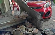 Mất lái, xe ô tô đâm sập cửa nhà dân bên đường