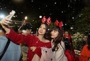Nam thanh nữ tú vui đùa trong 'mưa tuyết' đêm Giáng sinh