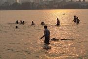Nắng nóng, người Hà Nội rủ nhau ra 'bãi tắm' Hồ Tây