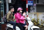 Người dân Thủ đô chống chọi thời tiết 'mùa đông giữa trưa hè'