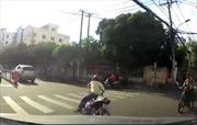 Vừa đi vừa nghe điện thoại, người đàn ông ngã lăn ra đường