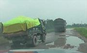 'Bất lực' trước tình trạng xe quá tải phá đê ở Hà Nội