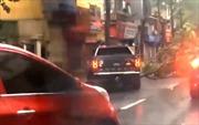 Xe bán tải  Ford Ranger Raptor ủi cây đổ sau bão giúp dân