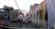 Thắc mắc rạp cưới dựng giữa đường, người phụ nữ bị hành hung