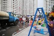 Sợ nước máy nhiễm dầu, người dân Linh Đàm chia nhau nước sạch từ xe téc
