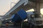 Xe container kéo sập cầu bộ hành cửa ngõ TP Hồ Chí Minh