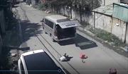 Rùng mình cảnh xe đưa đón làm rơi ba học sinh xuống đường