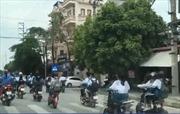 Nhiều học sinh đi xe đạp điện ngang nhiên vượt đèn đỏ