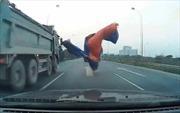 Tài xế ô tô may mắn thoát chết trên đại lộ Thăng Long