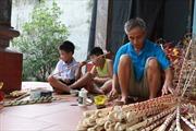 Lão nông gắn bó gần 50 năm với chiếc đèn cù và đồ chơi Trung thu truyền thống