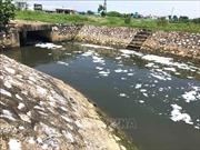 Nam Định: Người dân dọc kênh xả thải điêu đứng vì bọt trắng xóa, bốc mùi hôi thối