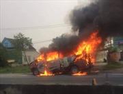 Xe khách bất ngờ cháy trơ khung sau hồi lâu đâm vào giải phân cách cứng