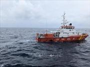 Vớt được 4 ngư dân trên tàu cá bị sóng đánh chìm, 2 người vẫn đang mất tích