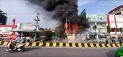 Cháy lớn tại siêu thị cạnh cầu vượt đường cao tốc Hà Nội - Bắc Giang