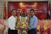 Tặng quà Tết cho các gia đình gốc Việt khó khăn ở Campuchia