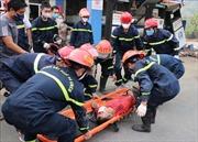 Xe cẩu tông 2 xe máy, đâm sập cây xăng làm 1 người chết, 4 người bị thương