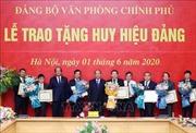 Thủ tướng Huy hiệu 40 năm, 30 năm tuổi Đảng cho các đảng viên Văn phòng Chính phủ