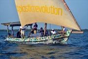 Thuyền buồm mang thông điệp về khủng hoảng rác thải nhựa