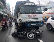 Xe tải đâm liên hoàn 8 xe máy, 11 người nhập viện cấp cứu