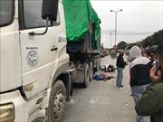 Xe máy va chạm xe đầu kéo container trên Quốc lộ 5 làm 2 người thiệt mạng