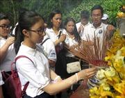 Thanh thiếu niên kiều bào dâng hương tại mộ cụ Huỳnh Thúc Kháng, Khu lưu niệm Phạm Văn Đồng