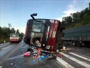 Xe khách đâm vào dải phân cách lật nghiêng, ít nhất 4 người bị thương