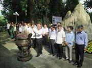 Thường trực Ban Bí thư Trần Quốc Vượng dâng hương tưởng niệm các Anh hùng liệt sỹ tại tỉnh Thái Nguyên