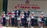 Thăm và tặng quà cho học sinh nghèo tại Phú Yên