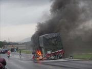 Cháy xe ô tô chở hàng trên đường tránh thành phố Vinh, giao thông ách tắc kéo dài