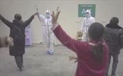 Bác sĩ ở Vũ Hán nhảy múa cùng bệnh nhân cách ly để giải khuây