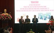 Trao tặng sách 'Tổng Bí thư, Chủ tịch nước Nguyễn Phú Trọng với tình cảm của nhân dân trong nước và bạn bè quốc tế' tới chiến sĩ Trường Sa