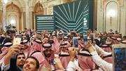 Thái tử Saudi Arabia bị xô đẩy giữa đám đông cuồng selfie