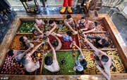 Khám phá 'lẩu người' hút du khách tại Trung Quốc