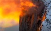 Du khách Mỹ đổ xô xem thác nước 'đổ lửa' trên đỉnh núi tuyết
