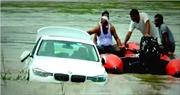 Cậu ấm đẩy xe BMW xuống sông vì chê món quà sinh nhật