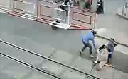 Bộ trưởng GTVT gửi thư khen 2 nữ nhân viên đường sắt cứu cụ bà ngã trên đường ray khi tàu đang tới
