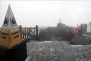 Tuyết bất ngờ rơi trắng trời trên đỉnh Fansipan, Sa Pa
