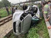 Tàu hỏa kéo lê ô tô khoảng 200m làm 2 người thiệt mạng, 3 người bị thương