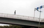 Cô gái ngoại quốc rơi từ cầu vượt gần sân bay Nội Bài xuống đất tử vong