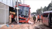 Xe khách tông xe tải rồi lao vào cột điện khiến tài xế bị thương, cả khu phố mất điện