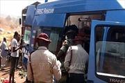 Xe chở 40 phụ nữ và trẻ em lật nhào do nổ lốp, ít nhất 19 người tử vong