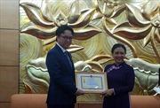 Trao Kỷ niệm chương 'Vì hòa bình hữu nghị giữa các dân tộc'tặng Đại sứ Prak Nguon Hong