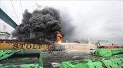 Tàu chở dầu phát nổ, bốc cháy ngút trời làm 9 người bị thương