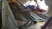 Xe tải tông sập nhà dân, 5 người trong gia đình may mắn thoát chết